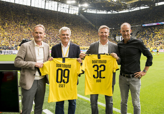 ESET in the BVB family: Handing over the sponsorship jersey on the first Bundesliga matchday